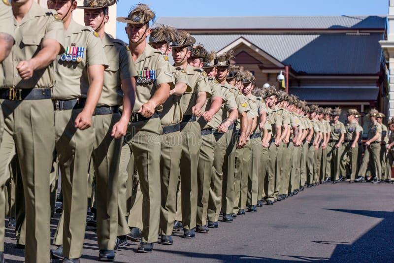 Militairen die in Anzac Day Parade marcheren stock afbeeldingen