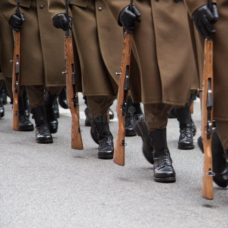Militairen die in een rij marcheren royalty-vrije stock afbeelding
