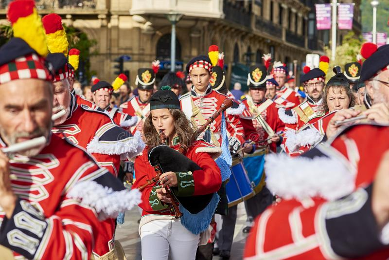 Militairen die fluit en doedelzak in Tamborrada van San Sebastian spelen Baskisch Land, Spanje stock afbeeldingen