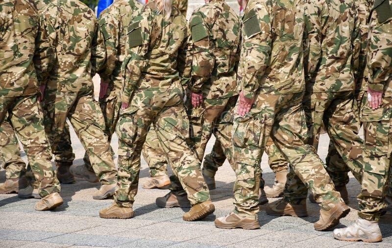 Militairen die op de straat marcheren royalty-vrije stock foto