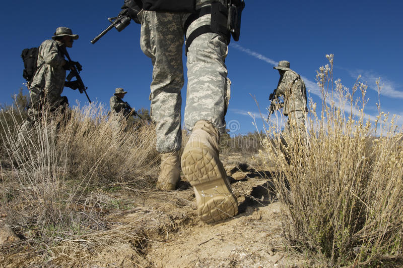 Militairen die in Woestijn lopen stock fotografie