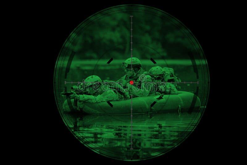Militairen in een boot die vooruit varen stock afbeeldingen
