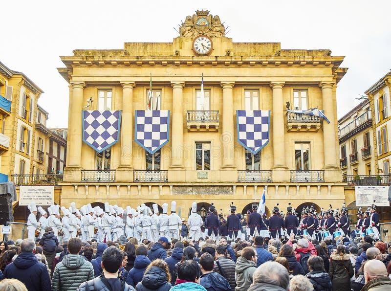 Militairen en de Koksslagwerkers die in Tamborrada, de trommelparade de trommelen aan vierden de Patroonfestiviteit van San Sebas royalty-vrije stock afbeelding