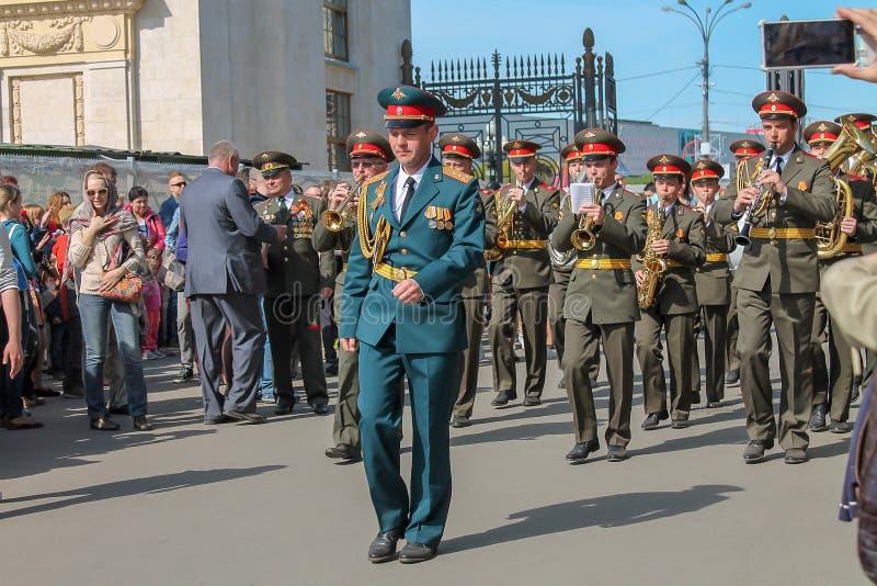 Militairen en orkest die in het Park marcheren, redactie royalty-vrije stock fotografie