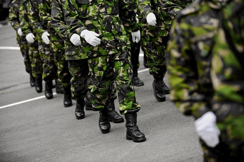Militairen in het groene camouflage marcheren stock fotografie