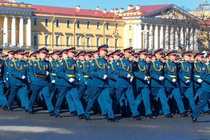 Militairen Maart tijdens een militaire parade Het jaar Rusland, St. Petersburg van mei 2018 stock foto