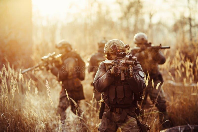 Militairen met kanonnen op het gebied royalty-vrije stock afbeeldingen