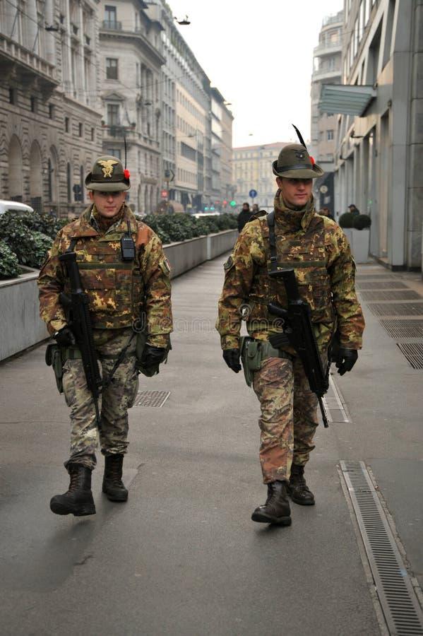 Militairen met machinegeweren op de straten van Milaan, Italië royalty-vrije stock fotografie