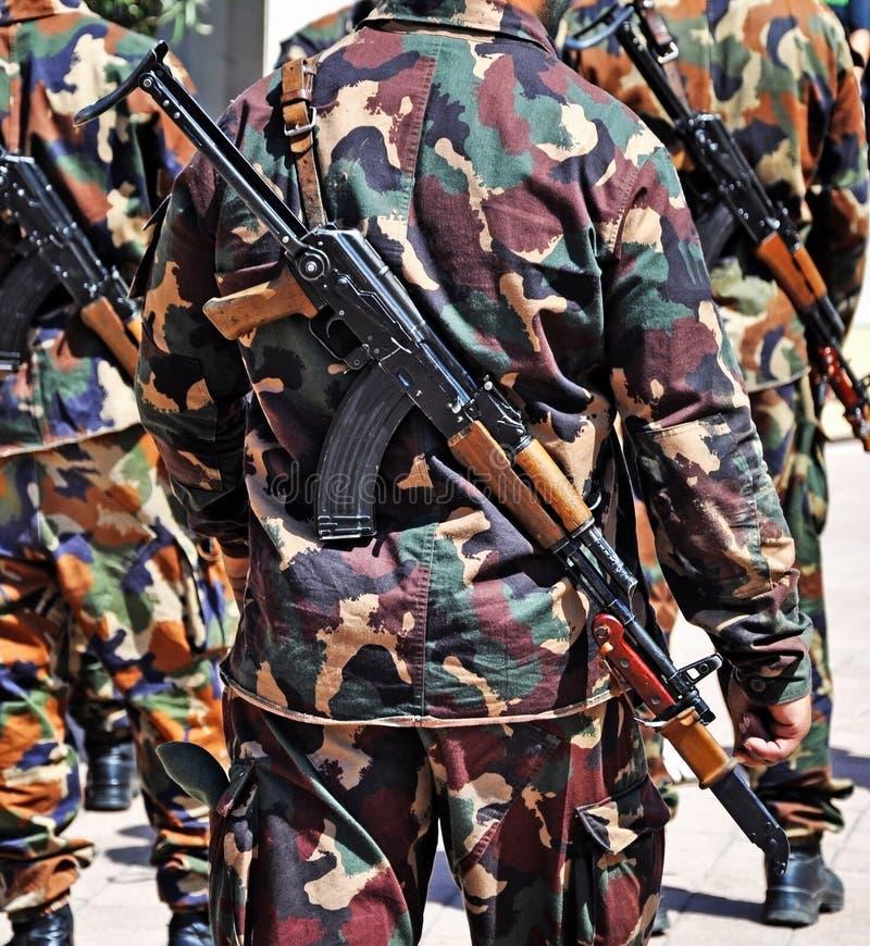 Militairen met machinegeweren in openlucht royalty-vrije stock afbeelding