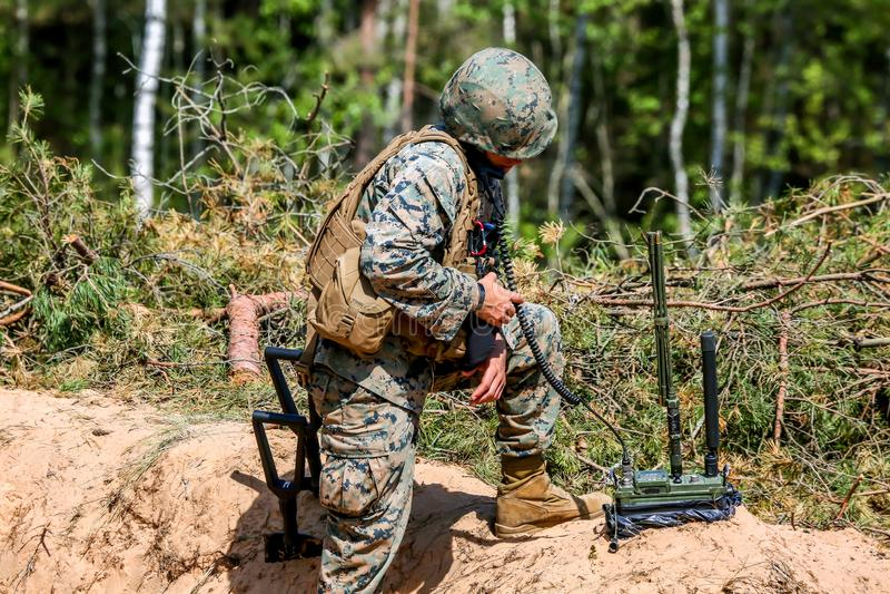 Militairen in militaire opleiding Saber Strike in Letland stock afbeelding