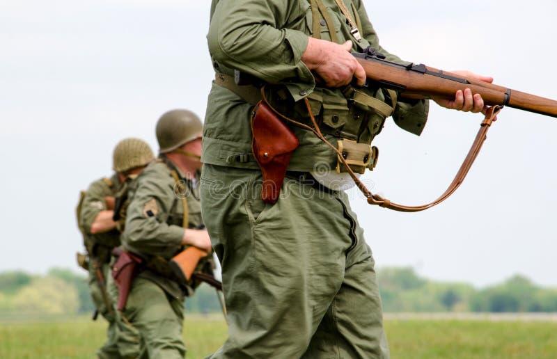 Militairen op partol stock foto
