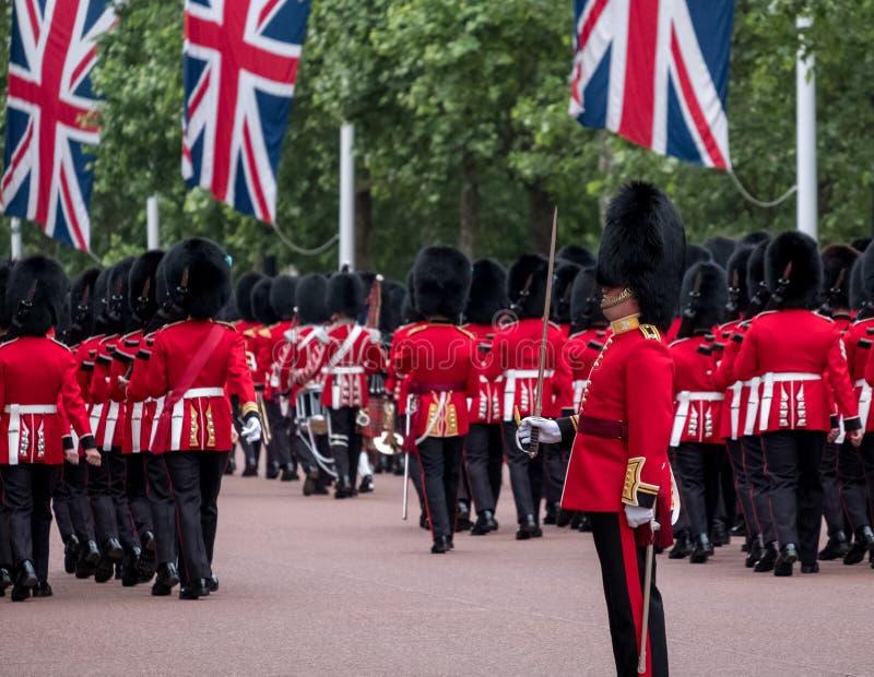 Militairen in traditioneel eenvormig maart onderaan de Wandelgalerij in Londen tijdens zich het Verzamelen van de Kleurenparade stock fotografie