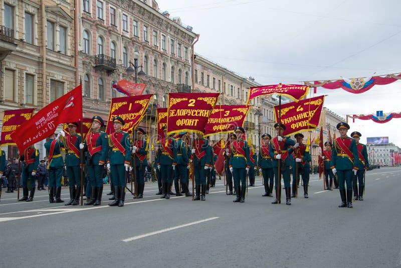 Militairen van de wacht van eer met de normen van de voorzijden van de Grote Patriottische Oorlog vóór plechtig maart Victory Day royalty-vrije stock foto's