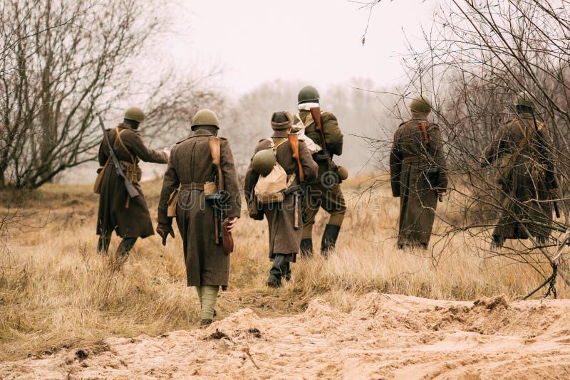 Militairen van het Rode Leger op het gebied royalty-vrije stock foto's
