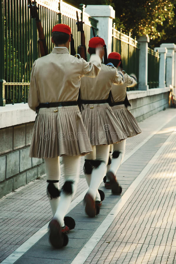 Militairen van wacht die van eer in traditionele militaire eenvormig, Athene marcheren stock afbeeldingen
