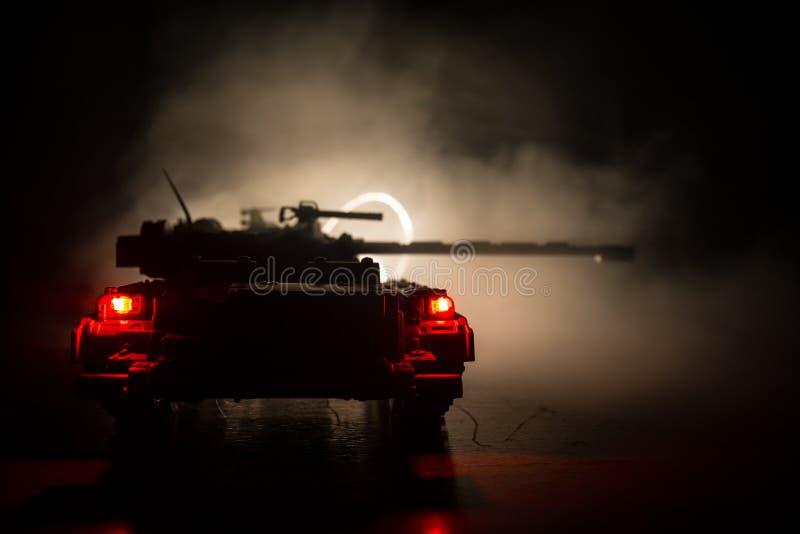 militairen in volledig toestel Militaire silhouetten die scène op de hemelachtergrond van de oorlogsmist bestrijden, Silhouetten  stock afbeelding