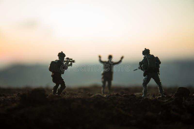 militairen in volledig toestel Militaire silhouetten die scène op de hemelachtergrond van de oorlogsmist bestrijden, de Silhouett royalty-vrije stock afbeelding