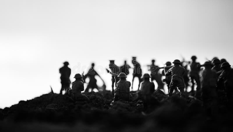 militairen in volledig toestel Militaire silhouetten die scène op de hemelachtergrond van de oorlogsmist bestrijden, de Silhouett stock fotografie