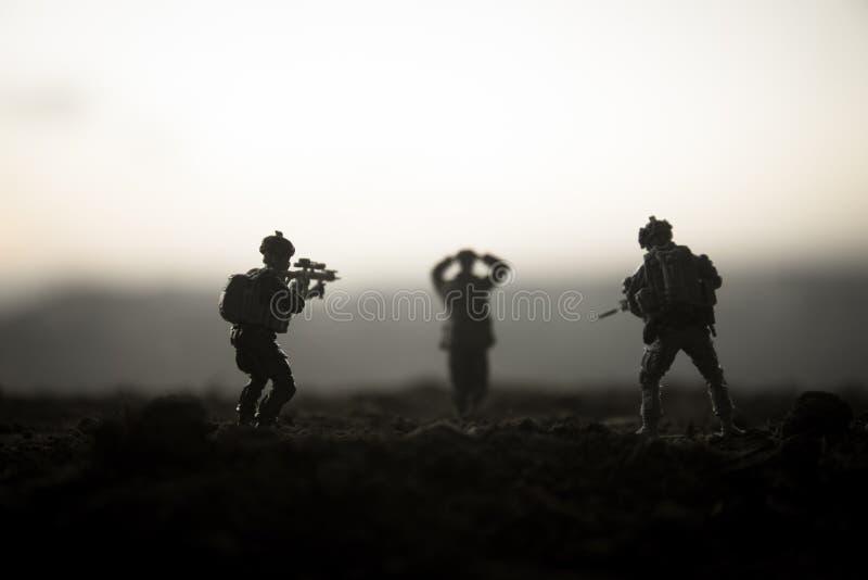 militairen in volledig toestel Militaire silhouetten die scène op de hemelachtergrond van de oorlogsmist bestrijden, de Silhouett stock afbeelding