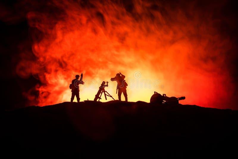 militairen in volledig toestel Militaire silhouetten die sc?ne op de hemelachtergrond van de oorlogsmist bestrijden royalty-vrije stock fotografie