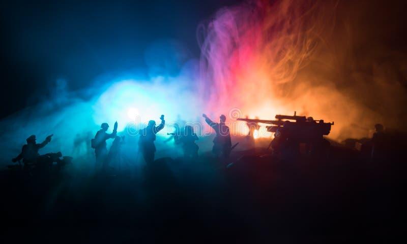 militairen in volledig toestel Militaire silhouetten die sc?ne op de hemelachtergrond van de oorlogsmist bestrijden stock foto's