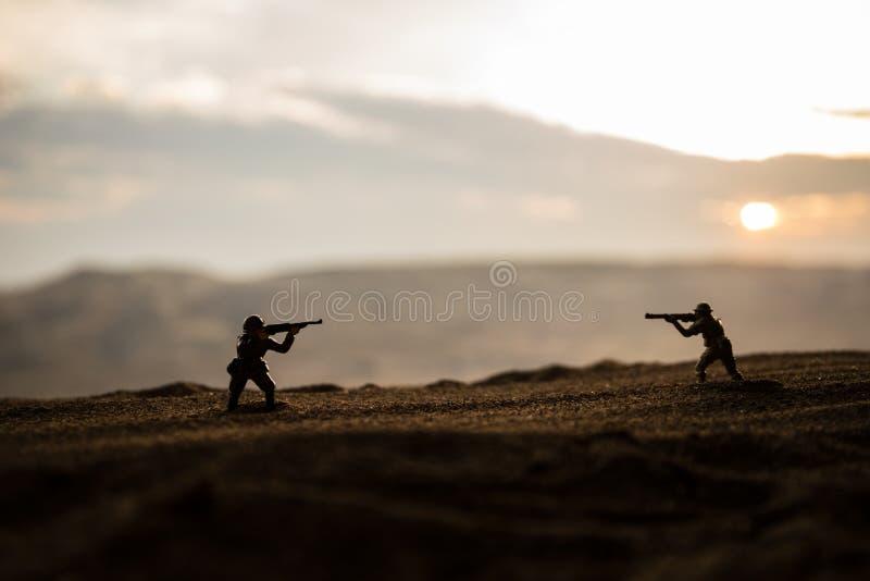 militairen in volledig toestel Militaire silhouetten die sc?ne op de hemelachtergrond van de oorlogsmist bestrijden royalty-vrije stock afbeelding