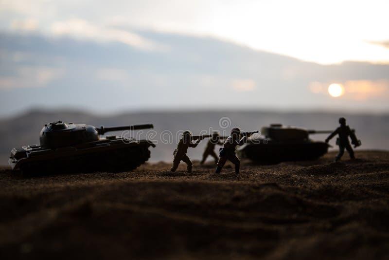 militairen in volledig toestel Militaire silhouetten die sc?ne op de hemelachtergrond van de oorlogsmist bestrijden royalty-vrije stock afbeeldingen