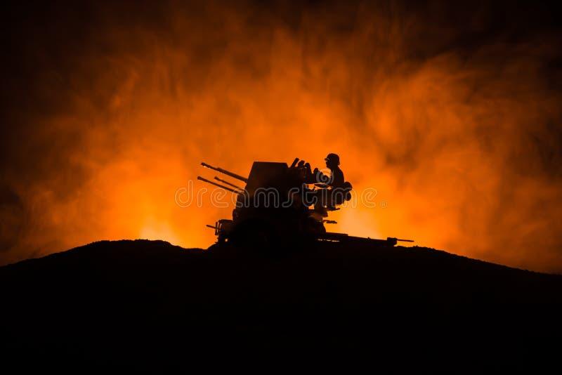 militairen in volledig toestel Militaire silhouetten die sc?ne op de hemelachtergrond van de oorlogsmist bestrijden royalty-vrije stock foto