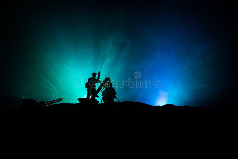 militairen in volledig toestel Militaire silhouetten die sc?ne op de hemelachtergrond van de oorlogsmist bestrijden stock afbeelding