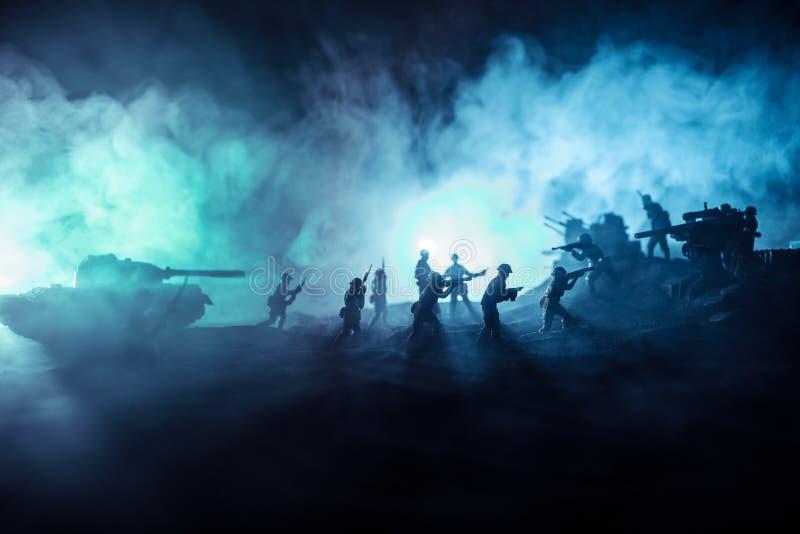 militairen in volledig toestel Militaire silhouetten die sc?ne op de hemelachtergrond van de oorlogsmist bestrijden royalty-vrije stock foto's