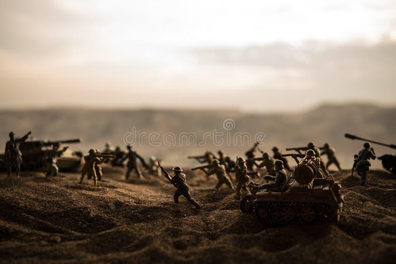 militairen in volledig toestel Militaire silhouetten die sc?ne op de hemelachtergrond van de oorlogsmist bestrijden stock fotografie