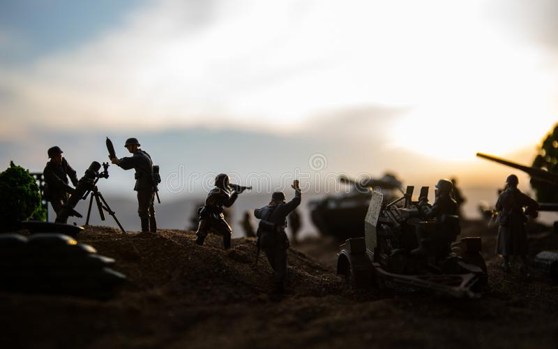 militairen in volledig toestel Militaire silhouetten die sc?ne op de hemelachtergrond van de oorlogsmist bestrijden stock foto