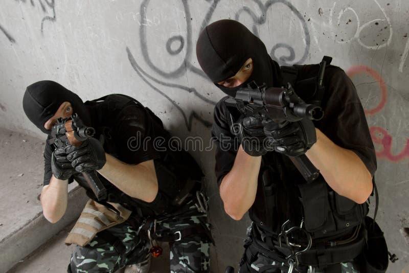Militairen in zwarte maskers die zich boven bewegen stock afbeeldingen