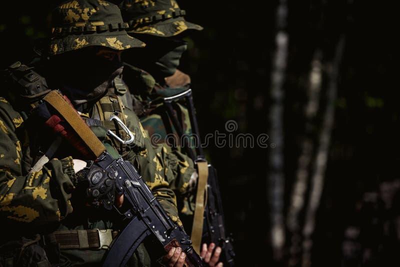 Militaires avec la mitraillette photo libre de droits