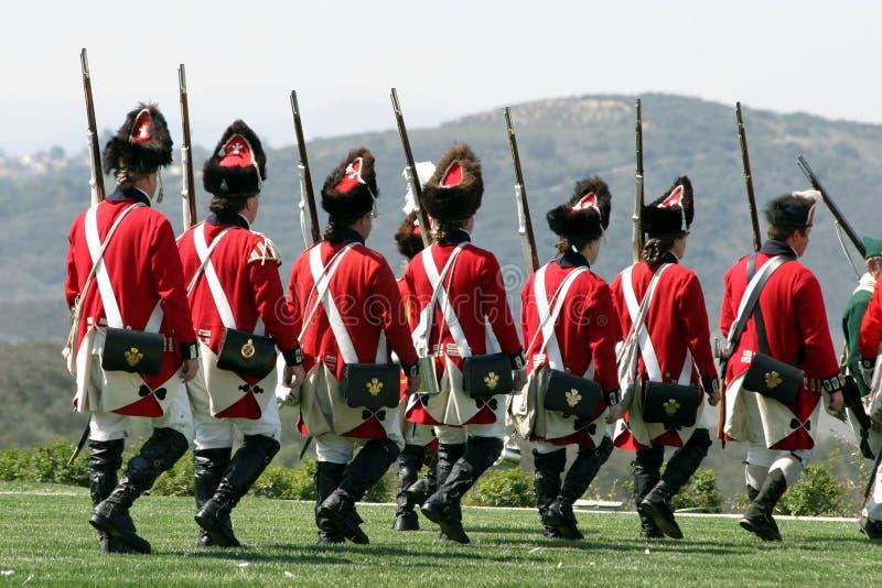 Militaires de carrière britanniques marchant en arrière images stock