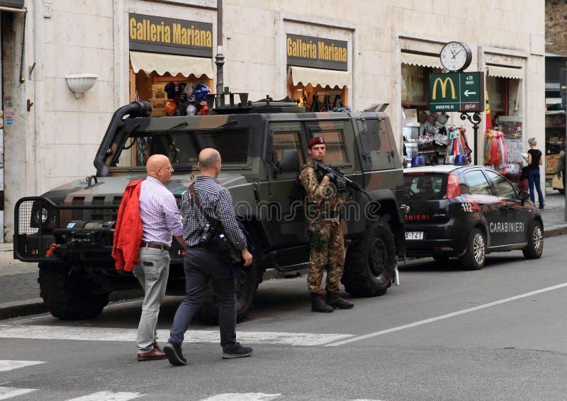 Militaires et police gardant Vatican photo stock