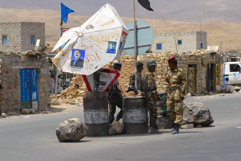Militaires yéménites en service au point de contrôle de sécurité, vallée de Hadramaut, Yémen photo stock