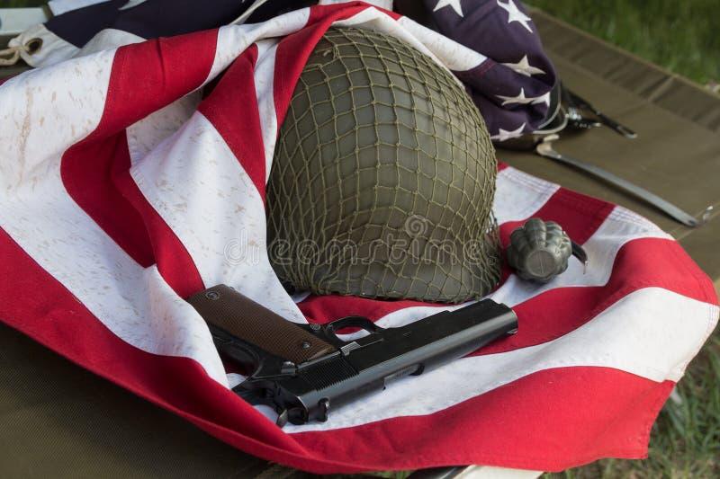 Militairhelm, pistolt en granaat van de Tweede Wereldoorlog en de vlag van de V.S. stock foto's