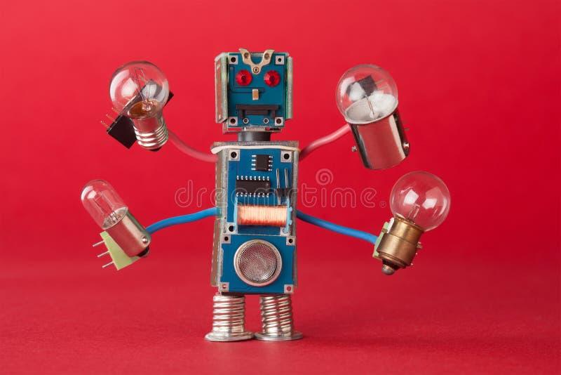 Militairilluminator met gloeilampen in vier handen Het kleurrijke robotachtige karakter houdt verschillende retro lampen grappig stock foto's