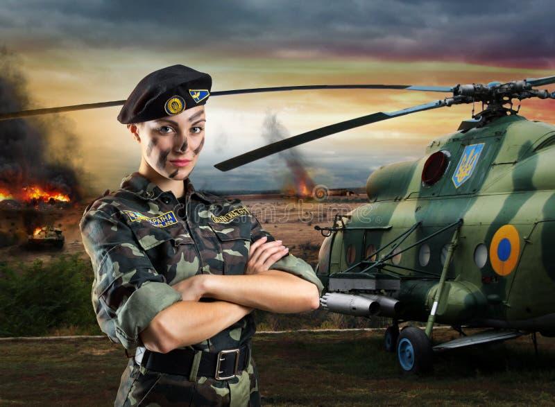 Militairvrouw in militaire eenvormig stock afbeelding