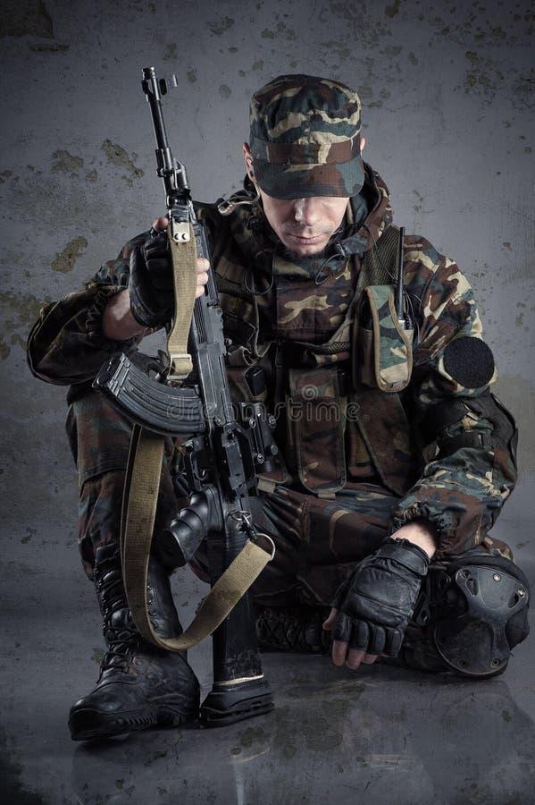 Militairzitting op de vloer stock afbeeldingen