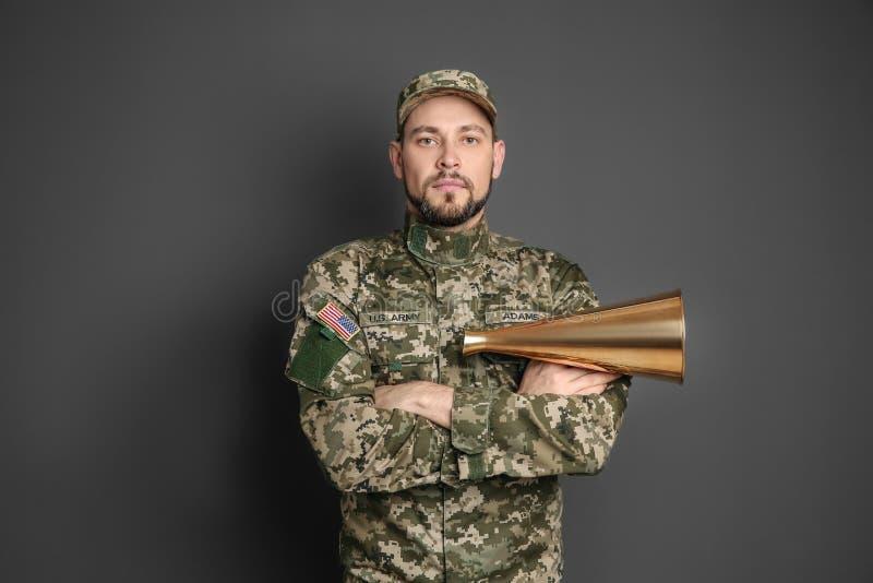 Militar con el megáfono foto de archivo