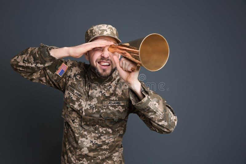 Militar con el megáfono imagen de archivo