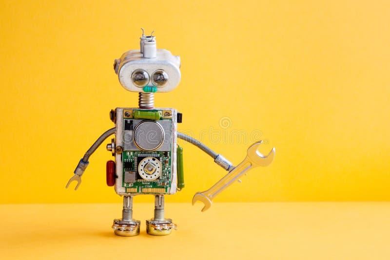 Militar del mecánico del robot con la llave de la mano Trabajador divertido del reparador, cabeza de plata del hierro, ojos del b fotos de archivo
