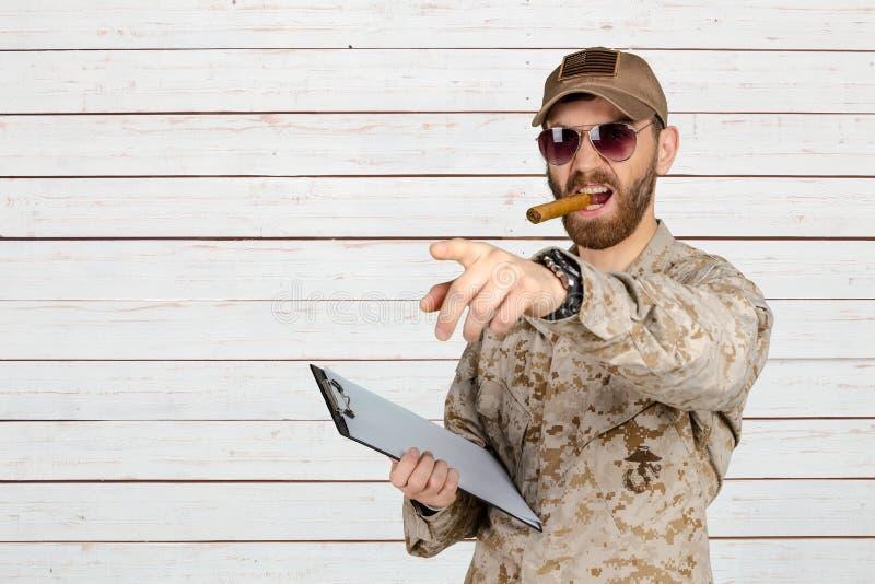 Militar no charuto de utilização uniforme imagem de stock