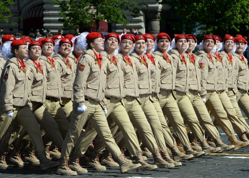` Militar-patriótico totalmente ruso de Yunarmiya del ` del movimiento de los guerreros jovenes en Plaza Roja durante el desfile  fotografía de archivo libre de regalías