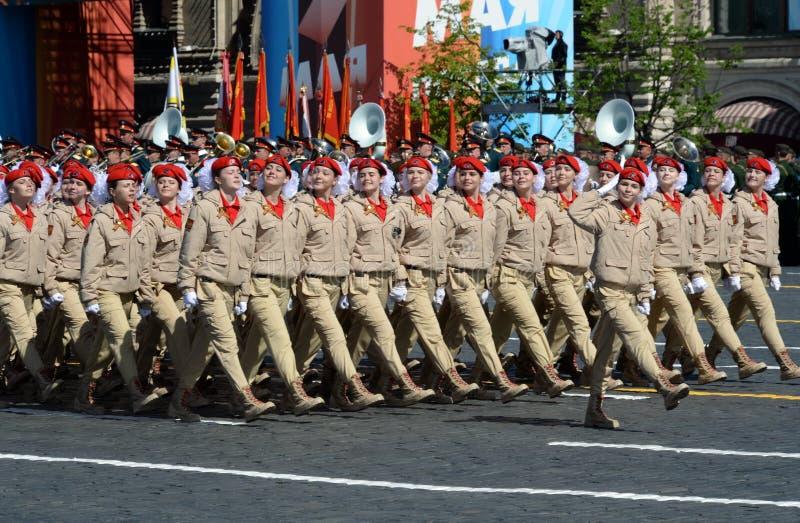 ` Militar-patriótico totalmente ruso de Yunarmiya del ` del movimiento de los guerreros jovenes en Plaza Roja durante el desfile  fotos de archivo