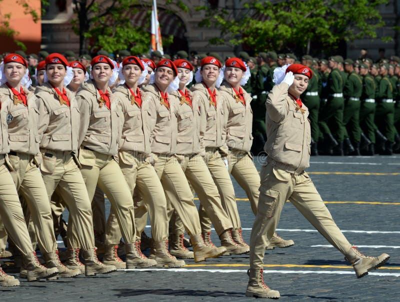 ` Militar-patriótico totalmente ruso de Yunarmiya del ` del movimiento de los guerreros jovenes en Plaza Roja durante el desfile  fotos de archivo libres de regalías
