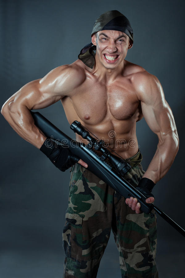 Download Militare Con Un Fucile Di Tiratore Franco Fotografia Stock - Immagine di atletico, muscolo: 55361812