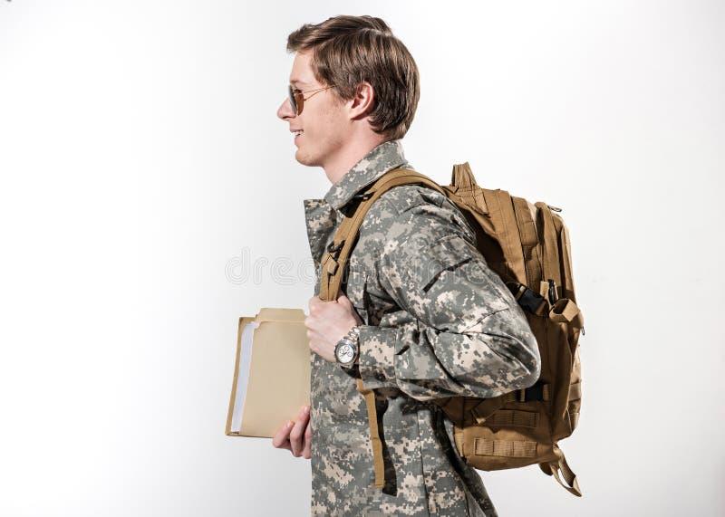 Militare felice che cammina con il sorriso immagini stock libere da diritti
